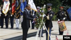 Presiden Barack Obama meletakkan karangan bunga dalam upacara mengenang pahlawan di TMP Arlington, Virginia (30/5).