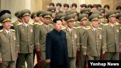 김정은 북한 국방위원회 제1위원장이 김일성 주석 사망 21주기인 8일 0시 인민군 간부들을 대동하고 김 주석의 시신이 안치된 금수산태양궁전을 참배했다. 조선중앙TV는 이날 군 간부들과 함께 참배하는 김정은 제1위원장의 모습을 전했다.