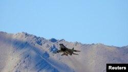 印度一架戰鬥機2020年9月9日在拉達克地區中印邊境上空飛行(路透社)