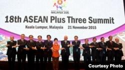 东盟十国和中日韩三国首脑在峰会上合影。(2015马来西亚东盟峰会官网)
