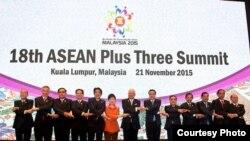 東盟十國和中日韓三國首腦在峰會上合影。(2015馬來西亞東盟峰會方網站)