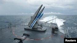 지대공 미사일을 장착한 타이완 해군 소속 구축함이 16일 필리핀과의 영유권 해역에서 군사훈련을 벌이고 있다.