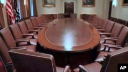 白宫内阁室椭圆会议桌和内阁成员座椅