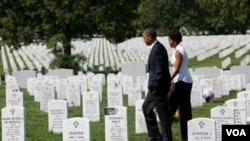 El presidente Barack Obama y la primera dama, Michelle Obama, visitaron las tumbas de soldados caídos en Afganistán e Irak en el Cementerio de Arlington, este sábado 10 de septiembre de 2011.