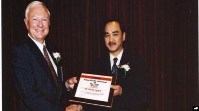 Tiến sĩ Nguyễn Mạnh Tiến nhận 'Giải thưởng Người Mỹ gốc Á của năm' vào năm 2000 từ tay Cựu Thứ trưởng Quốc phòng Hoa Kỳ, Tiến sĩ Pete Alridge