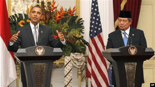US President Barack Obama, left, speaks in a news conference accompanied by his Indonesian counterpart Susilo Bambang Yudhoyono at the Merdeka palace in Jakarta, Indonesia, 09 Nov. 2010.