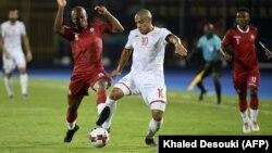 Le milieu de terrain malgache Ibrahim Amada (à gauche) et l'attaquant tunisien Wahbi Khazri lors du match de quart de finale de la Coupe d'Afrique des Nations au Caire le 11 juillet 2019.