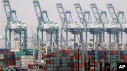 미국 로스앤젤레스항에 선적된 컨테이너들 . (자료사진)