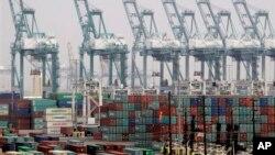 Các tàu container hàng hóa nằm chờ ở cảng trong nhiều tháng, gây tắt nghẽn phần lớn hoạt động giao thương của Mỹ với Châu Á.