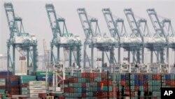 미국 로스앤젤레스항에 있는 선박 컨테이너. (자료사진)