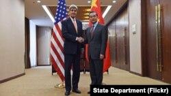 Ngoại trưởng Mỹ John Kerry và Ngoại trưởng Vương Nghị trong cuộc họp báo chung tại Bộ Ngoại giao Trung Quốc ở Bắc Kinh, ngày 27/1/2016.