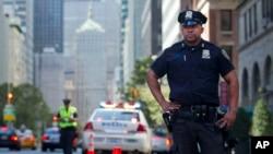 Tư liệu- Cảnh sát New York kiểm tra các phương tiện đi qua khu phố 59th và Park Avenue.