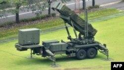 지난해 일본 도쿄 방위성 내에 설치된 지대공 유도미사일(PAC-3) 가 보인다.