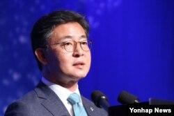 한국의 홍용표 통일부 장관이 30일 서울에서 열린 '한반도국제포럼 2015'에서 기조연설을 하고 있다.