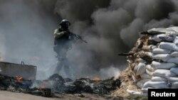 Militares ucranianos combaten a separatistas prorrusos cerca de Sloviansk, en el este de Ucrania.