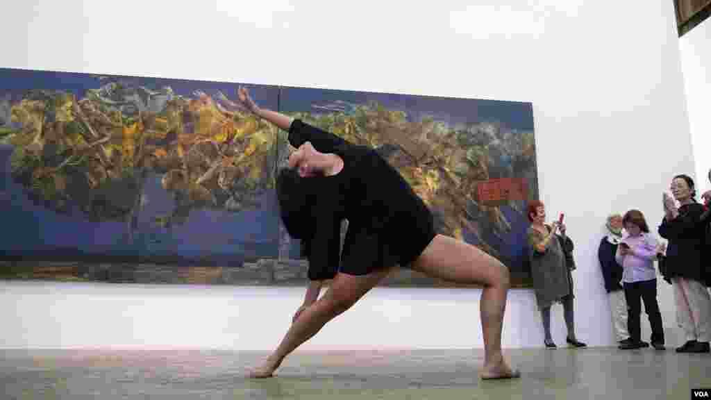 在油画前起舞,代表了挣扎和奋斗(美国之音记者国符拍摄)