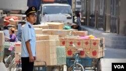 Một nhân viên hải quan đứng ở cửa khẩu Tân Thanh, Việt Nam.