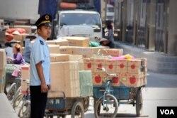 Nhân viên hải quan Việt Nam đứng cạnh hàng hóa của Trung Quốc tại cửa khẩu Tân Thanh, Lạng Sơn. (D. Schearf/VOA)