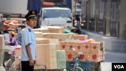 FILE - An officer stands by goods for trade at Tan Thanh Border Gate in Vietnam. (D. Schearf/VOA)