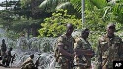 Abidjan, Membros das Novas Forças Armadas adoptam posições de combate perto do hotel onde se hospeda Alassane Ouattara, considerado vencedor das presidenciais marfinenses de Novembro