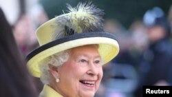 La reine Elizabeth II en visite au collège Goodenough, à Londres, le 1er décembre 2016.