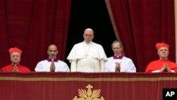 پاپ فرانسیس رهبر کاتولیکهای جهان در بالکن کلیسای سنت پیتر در واتیکان - ۴ دی ۱۳۹۳