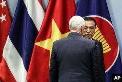 El vicepresidente EE.UU., Mike Pence, se encuentra con el primer ministro chino, Li Keqiang, en Singapur el 15 de noviembre de 2018.