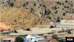 Helikopter-helikopter militer Turki disiagakan di pangkalan Cukurca, Hakkari dekat perbatasan dengan Irak (20/10).