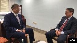 Novi američki izaslanik Gabriel Escobar tokom razgovora sa novinarom Glasa Amerike Arbenom Xhixhom.
