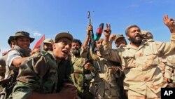 臨時政府武裝星期四在攻克卡扎菲老家蘇爾特後慶祝。