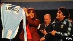 La presidenta Cristina Fernández Kirchner firma el acuerdo con Julio Grondona, presidente de la AFA, ante 2.000 personas. También estaba presente Diego Maradona, director técnico de la selección argentina.