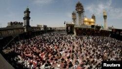 시아파 순례자 수 만명이 3일 이라크 바그다드의 이슬람 사원에 모여 8세기 성직자 이맘 무사 알카드힘 기념행사를 가졌다.
