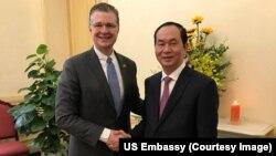 Đại sứ Mỹ Daniel Kritenbrink và Chủ tịch Việt Nam Trần Đại Quang gặp gỡ trước Tết Nguyên đán hôm 29/1.