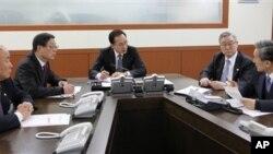 Presiden Korea Selatan, Lee Myung-bak (tengah), dalam rapat kabinet untuk membahas rencana peluncuran nuklir Korea Utara (foto: dok).
