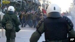 希臘人舉行街頭抗議﹐與防暴警察對峙﹐反對削減措施。