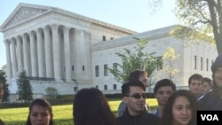 Демонстранты у здания Верховного суда США в Вашингтоне. 18 апреля 2016 г.