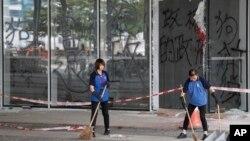 Empleados limpian un área donde hubo protestas en las afueras del Consejo Legislativo de Hong Kong, el jueves 4 de julio de 2019.