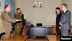 지난달 일본 정부 당국자들이 북한의 일본인 납치 문제 재조사 상황을 점검하기 위해 평양을 방문했다. 이하라 준이치 외무성 아시아대양주 국장(오른쪽)을 대표로 한 일본 정부 당국자들이 납치 문제 등에 관한 특별조사위원회 위원장인 북한의 서대하 국가안전보위부 부부장(왼쪽) 등과 면담하고 있다.
