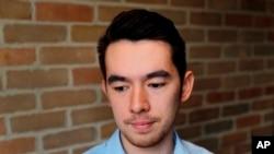 ျမန္မာႏိုင္ငံတြင္း ခရစ္ယာန္သာသနာျပဳ လုပ္ငန္း လုပ္ေဆာင္ခဲ့တဲ့ အေမရိကန္ႏုိင္ငံမွာ ေနထိုင္သူ တရုတ္ႏိုင္ငံသား John Sanqiang Cao ရဲ႕ သားျဖစ္သူ Amos Cao.