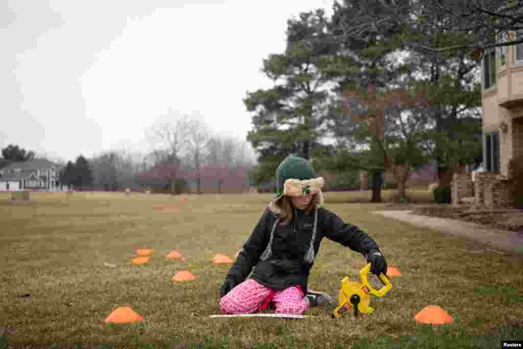 اسکول بند ہونے پر نسبتا بڑے بچوں کو گھروں کے سامنے یا صحن میں بنے پارکوں میں کھیل کھیل میں ریاضی کے سوالوں کی مشقیں کرانا والدین کی ذمہ داری ہے۔