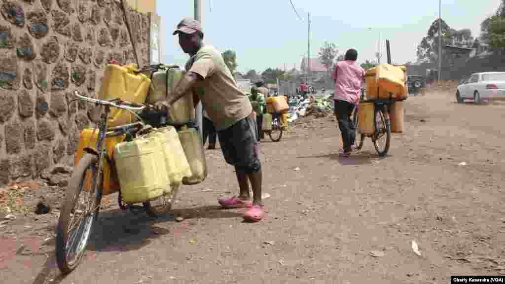 Des vendeurs de l'eau du lac Kivu, à Goma, Nord-Kivu