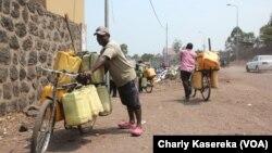 Des vendeurs d'eau du lac Kivu, à Goma, Nord-Kivu