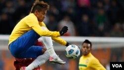 Neymar lideró a la selección de Brasil que goleo a Estados Unidos, marcando el primer gol de penal.