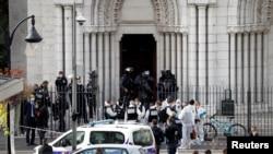 Поліція при вході до базиліки Нотр-Дам у Ніцці, Франція 20 жовтня 2020 р.