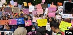 Para peserta Women's March menuntut segera disahkannya RUU-PKS dalam aksi di Jakarta. (Foto: dok. VOA/Sasmito)