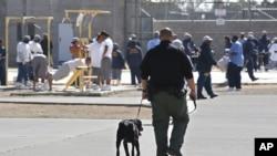 Petugas mengawasi para tahanan yang sedang berolahraga di pusat penahanan Vacaville, California, AS (foto: ilustrasi).