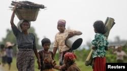 Kaum Muslim Rohingya memikul barang mereka saat mengungsi setelah aksi kekerasan di Sittwe (foto: dok Juni 2012).
