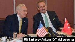 Büyükelçi Ricciardone (solda) e26 Mart 2013'te Ankara'da Ekonomi Bakanı Zafer Çağlayan'la katıldığı çalışma kahvaltısında (Foto: Amerikan Büyükelçiliği Web Sitesi)