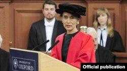 Freedom of Oxford ဆုကို ေဒၚေအာင္ဆန္းစုၾကည္ လက္ခံစဥ္