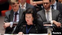 اقوامِ متحدہ میں برطانیہ کی مستقل مندوب کیرن پیئرز سلامتی کونسل کے اجلاس کے دوران روسی سفیر کی تقریر کا جواب دے رہی ہیں۔